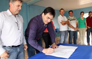 Observado pelo vereador Ivanir 'Tupi' Prolo, que sugeriu a emenda para a obra, o prefeito Cantelmo Neto assina a autorização para início do serviço