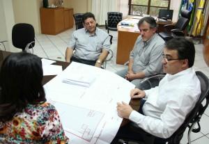O prefeito Cantelmo Neto, o vice Eduardo Scirea e a secretária de Saúde, Rose Mari Guarda em encontro com o diretor do Ceonc, Paulo Ferri