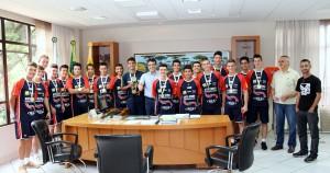 Prefeito Cantelmo Neto recebeu de forma oficial os 22 atletas campeões do Jojups nesta segunda-feira