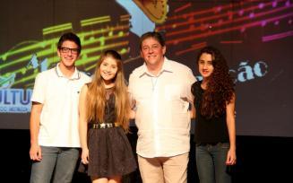 O diretor de Cultura, Miguel Seymur com os vencedores do Gospel: João Vitor Cella, Brendha Fernanda Savarro e Ágatha de Lima