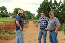 Irineu Flach, prefeito Cantelmo Neto e o vice Eduardo Scirea durante visita às obras de preparação da avenida Água Branca