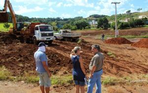 Luiz Togni, Monica Miró e o prefeito em exercício, Eduardo Scirea, acompanham as obras do parque Boa Vista, no bairro Industrial