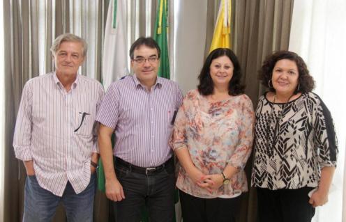 Dr. Haroldo Ferreira, prefeito Cantelmo Neto, secretária Rose Mari Guarda e Angela Pistelli, coordenadora do Mais Médicos no Paraná