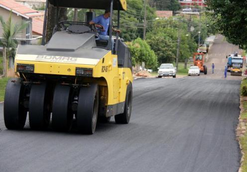 Prefeitura está concluindo a pavimentação de mais 14 trechos de ruas em cinco bairros; R$ 844 mil estão sendo investidos nesta etapa de asfaltamento