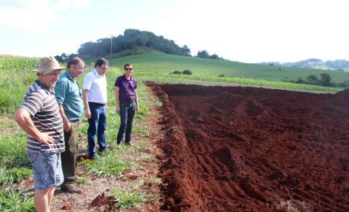 Os moradores Vilmar Zilli e Leonir Dalazen acompanharam a visita do prefeito Cantelmo Neto e do diretor da Secretaria de Educação, Aldair Cambui, ao terreno de 6 mil m2