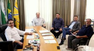 Prefeito Cantelmo Neto durante reunião com Hermes Rathier, Aires Tomazoni, Dilamar Santini e Sergio Galvão