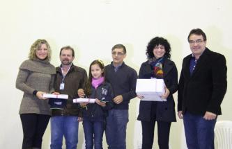 Professora Adelci Reichembach, Viro de Graauw (Educação), Gilmar Tomazon Sicoob), Roseli Leão e o prefeito Cantelmo Neto com a aluna Gabriela Vezentin, vencedora do concurso