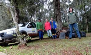Coordenado pelo educador ambiental Claudio Loes, grupo de voluntários se reúne aos sábados para recolher materiais às margens do rio