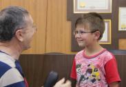 O aluno Iago Santos Lopes, de cinco anos, foi um dos que recebeu óculos do projeto Olho no Olho, pelo Rotary FB em parceria com a Prefeitura