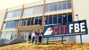 Silvana Gomes (diretora do CITFBE), secretária Jovelina Chaves e a coordenadora do espaço, Katiane Kuyawski, em frente ao prédio da antiga Comfrabel, que abrigará o projeto