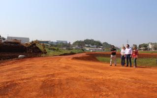 O prefeito Cantelmo Neto acompanha os trabalhos de finalização da terraplenagem no futuro parque Lago das Torres, no bairro Padre Ulrico