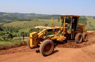 Equipes estão trabalhando na melhoria das estradas rurais nos três setores do interior de Beltrão