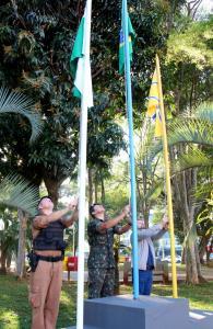 Capitão Rogério Pitz, da PM, mj. Carlos Ramos, do Exército, e o secretário de Educação, Viro de Graauw, hastearam as bandeiras na abertura da Semana da Pátria em Beltrão