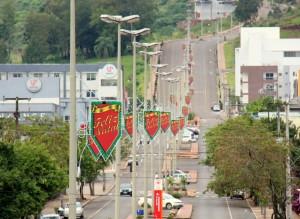 Cidade já começou a receber a decoração natalina, como neste trecho da avenida Julio Assis
