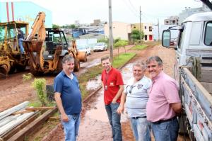 Abel Vitto, João Paulo Danieli, Ataides Marmitt e Eduardo Scirea no trecho da avenida Getulio Vargas que começou a ser preparado para receber a pavimentação asfáltica
