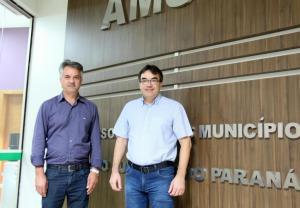 Prefeitos Altair Gaspaeretto, presidente da Amsop, e Cantelmo Neto, anfitrião do evento de premiação do concurso