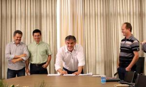 O prefeito em exercício, Eduardo Scirea, assinou nesta quarta o contrato da nova concessão do transporte coletivo, observado por João Scopel, Muran Almeida e Saudi Mensor