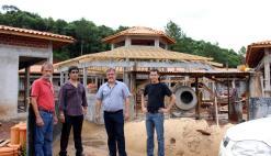 Apesar do mau tempo, obras da nova escola em Rio Tuna prosseguem e foram visitadas nesta semana pelo prefeito em exercício, Eduardo Scirea, acompanhado de Amarildo Petry, Adams Brizola e Aldair Cambui