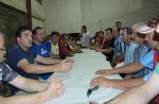 O presidente Janir Cella e membros da associação de moradores receberam o prefeito Cantelmo Neto para mostrar o serviço realizado no ginásio