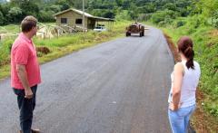 O secretário de Desenvolvimento Rural, Nelcir Basso, e a vereadora Daniela Celuppi conferem o trabalho de recuperação da estrada até Linha Hobold