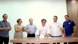 Scirea assinou o contrato de terceirização do serviço nesta segunda, observado por Saudi Mensor, Elenir Maciel, Ladi Dal Bem, Ricardo Bonin e Aires Tomazoni