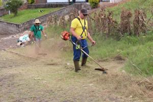 Prefeitura prioriza roçada de espaços públicos, mas terrenos notificados também recebem limpeza e serviço é cobrado do proprietário