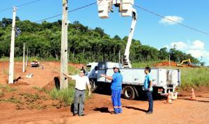 Prefeito Cantelmo Neto acompanhou a implantação da rede elétrica – feita pela Copel – no loteamento que abrigará a maioria das casas