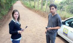 A zootécnica Roberta Petry e o acadêmico de Geografia, Saul Mesquita, trabalham nas medições e levantamento de informações das estradas rurais