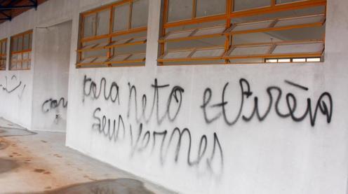 Novamente, frases de ataque ao prefeito Cantelmo Neto foram pichadas nas paredes e portas