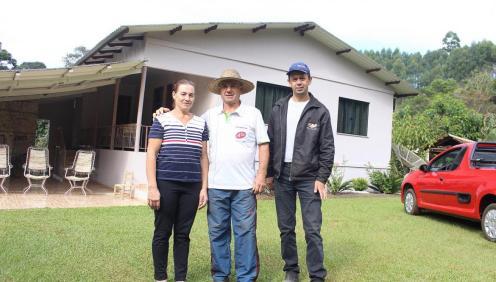 O casal Clenir e Itacir com o genro Valdir: a sucessão familiar é um dos destaques na propriedade