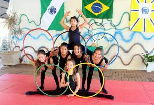 Alunas do Caic ensaiam a coreografia que irão apresentar durante a passagem da Tocha Olímpica por Beltrão, no sábado