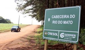 Novas placas ajudam motoristas a se orientar pelos quase 4 mil km de estradas no interior do município