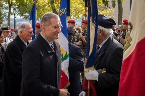 Le sénateur salue les porte-drapeaux. ©franckmontauge.fr