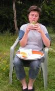 Chez MDB les choristes sont autorisées à s'asseoir pour manger.