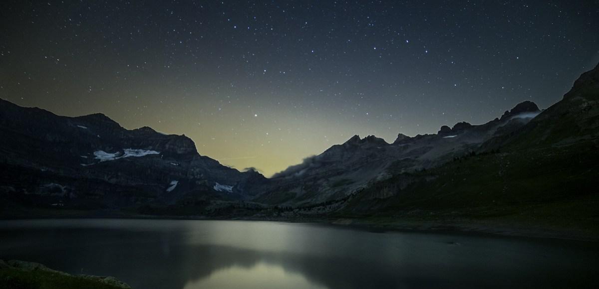 Nuit étoilée sur le lac du barrage de Salanfe. Valais Suisse.