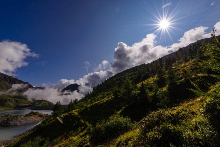 Contre jour matinal sur le barrage de Salanfe. Valais Suisse.