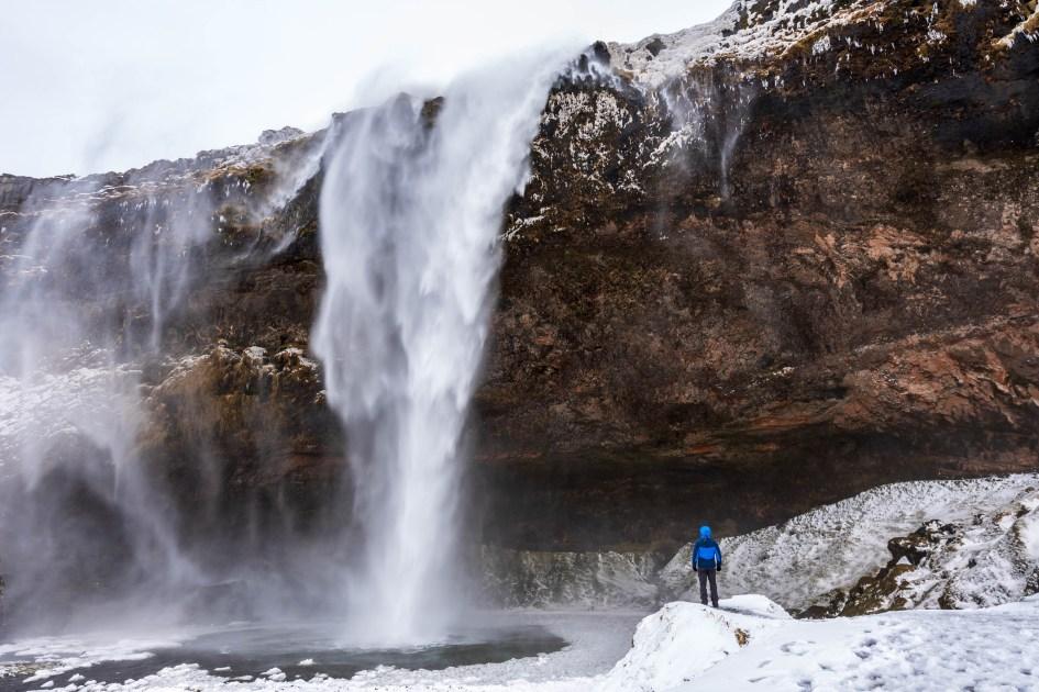 Fort vent sur la cascade de Seljalandsfoss. Ce jour là, je semble bien petit face à ses 65 mètres de hauteur !