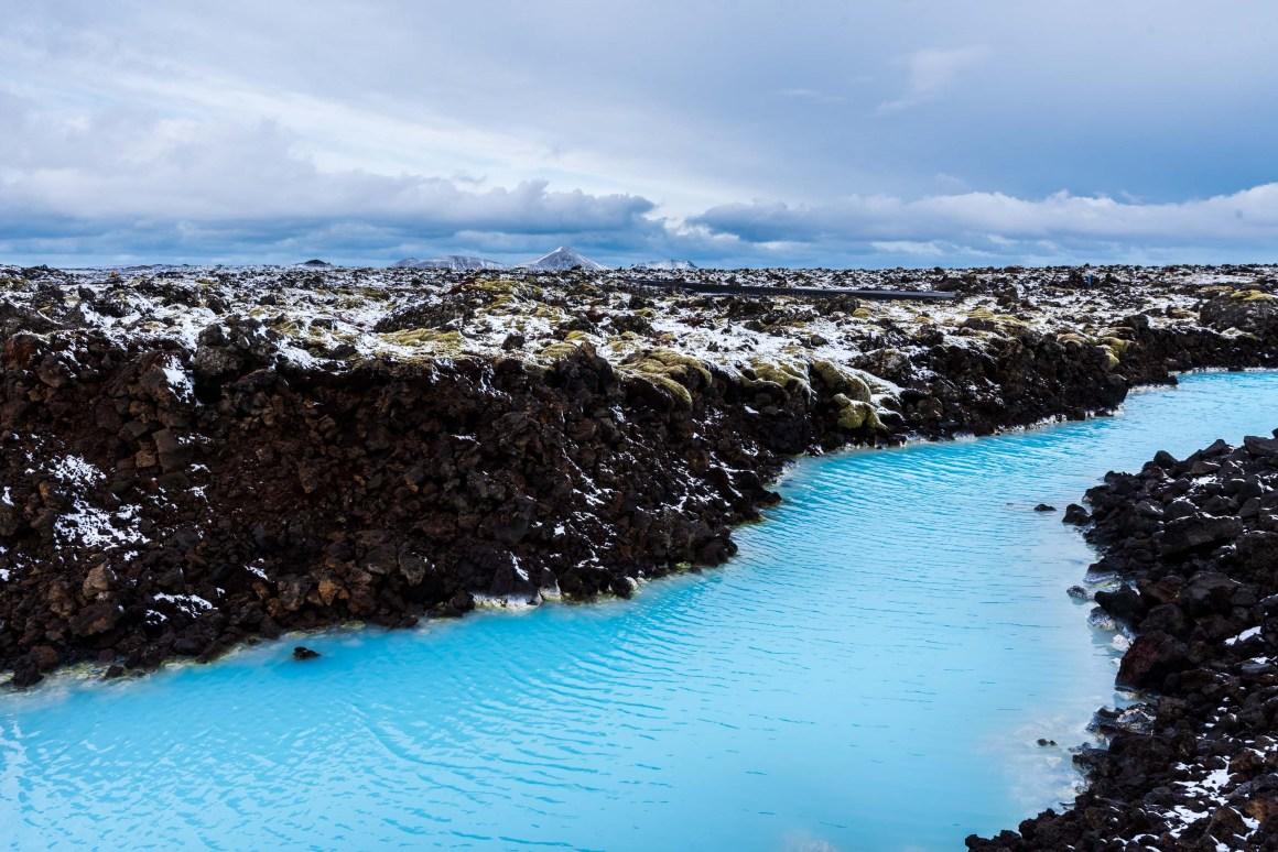 Roche volcanique et eaux turquoises