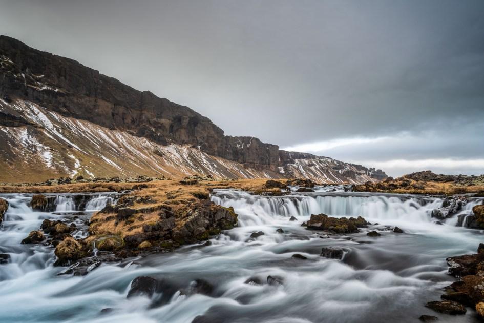 Petite cascade islandaise au bord de la route 1