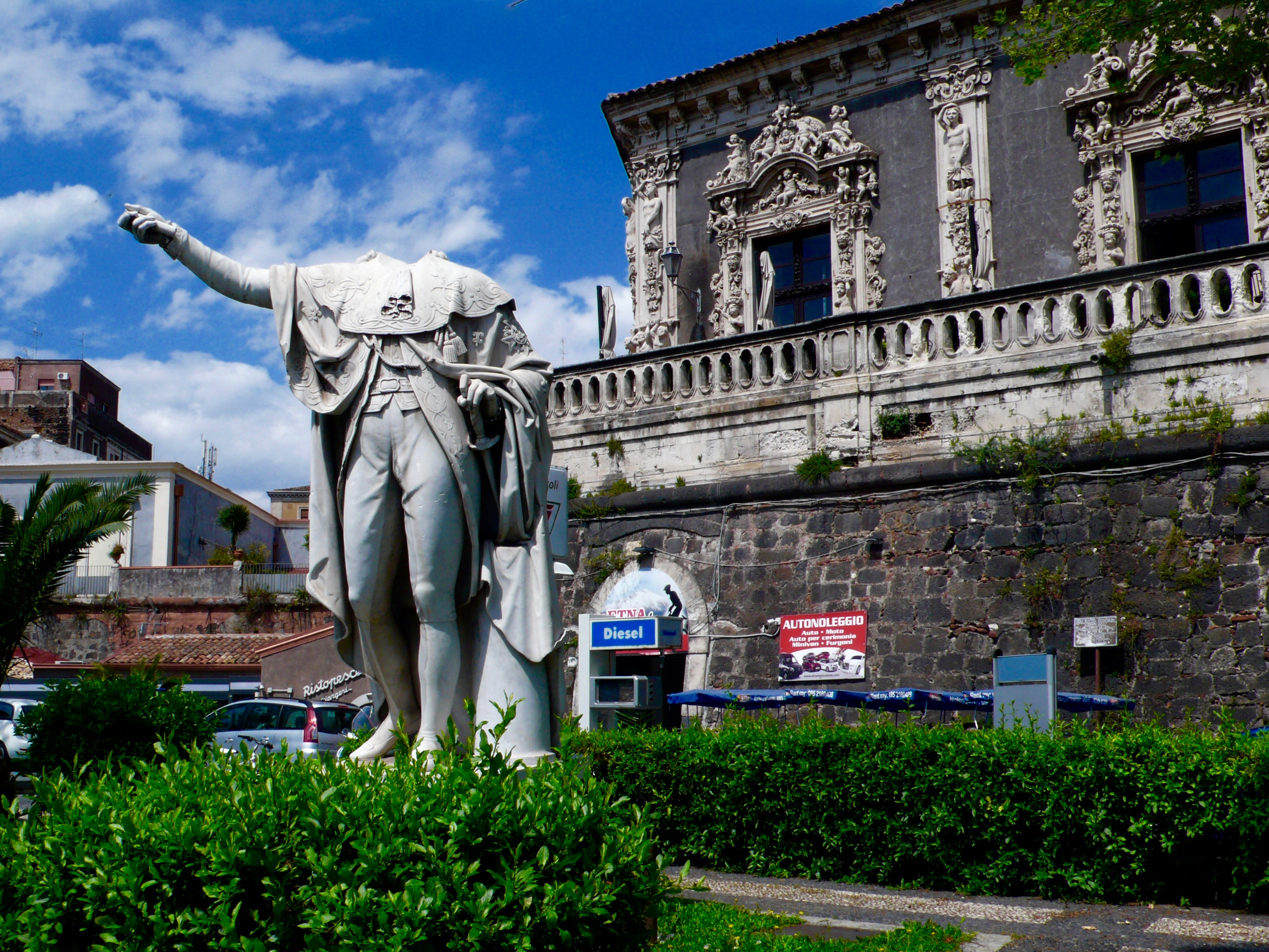 Headless in Catania (background Palazzo Biscari)