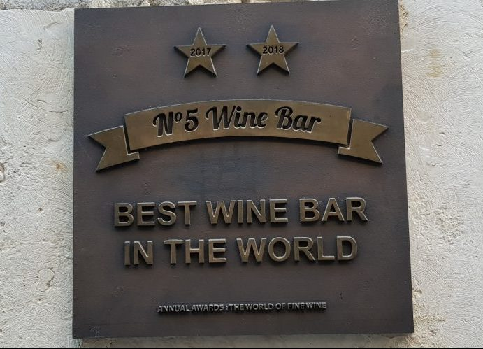 No.5 wine bar sign in Toulouse