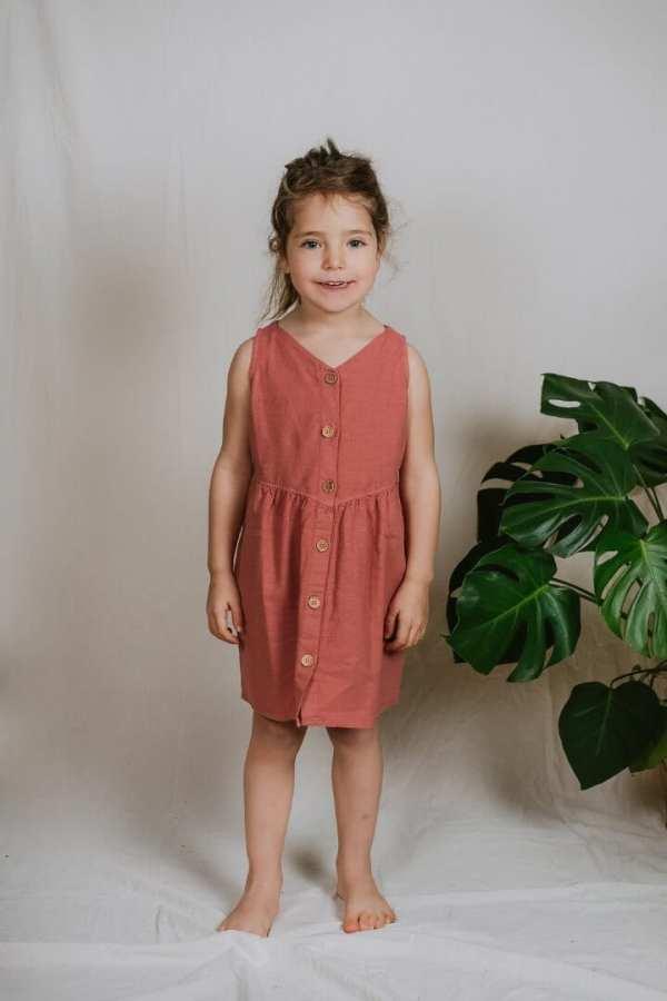 Tragebild: Luftiges Kleid aus Bio-Leinenstoff für Kinder