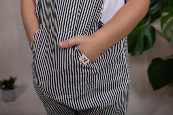 Tragebild: Latzhose aus Leinenstoff in gestreift für Kinder