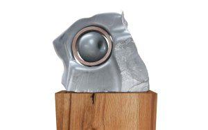 sculptuur van springstone met ijzeren ring