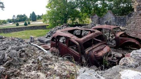 Auto's en zicht op nieuw Oradour