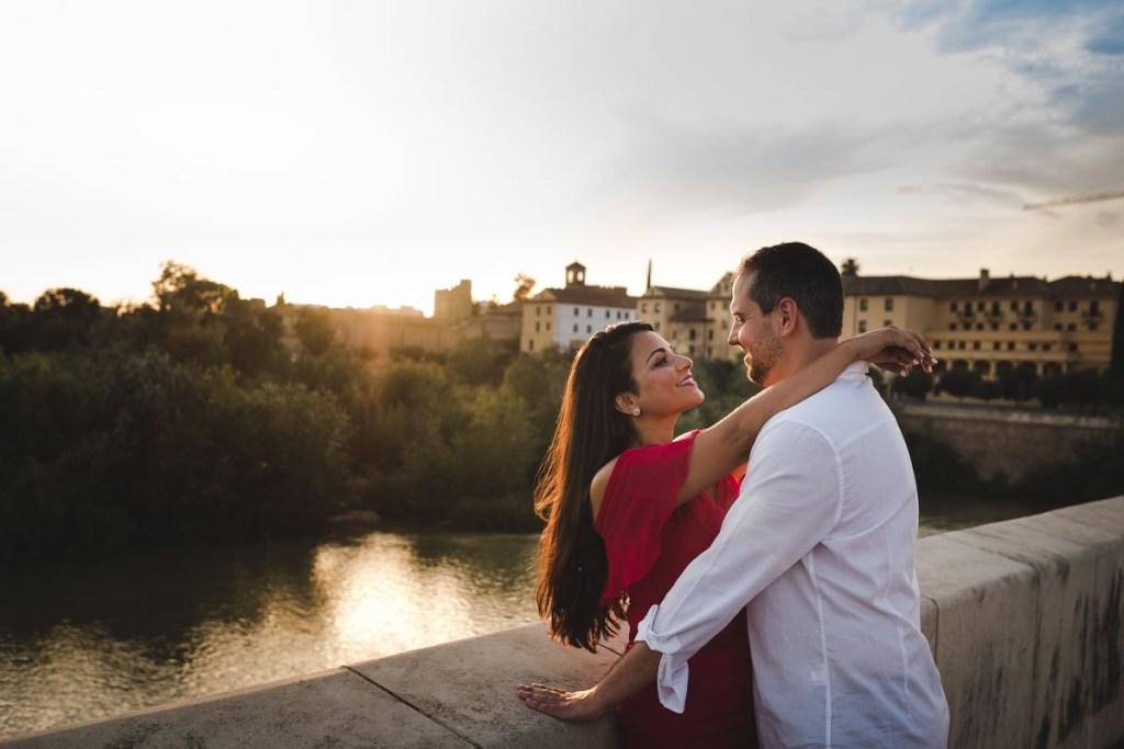 Sesión de compromiso en Córdoba, desde el puente romano