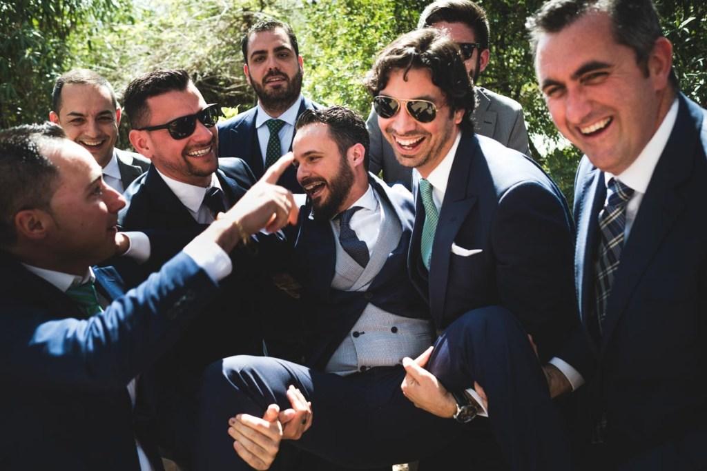 amigos del novio en la boda