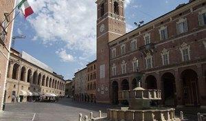 """""""Fabriano, Piazza del Comune (3)"""" di Parsifall - Opera propria. Con licenza CC BY-SA 3.0 tramite Wikimedia Commons."""