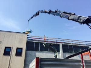Lavorazione di copertura con pannelli di alluminio per edificio industriale