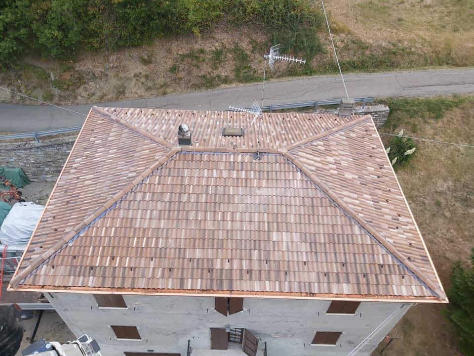 Ristrutturazione tetto: nuovo manto in tegole, colmo ventilato in piombo e grondaie in rame